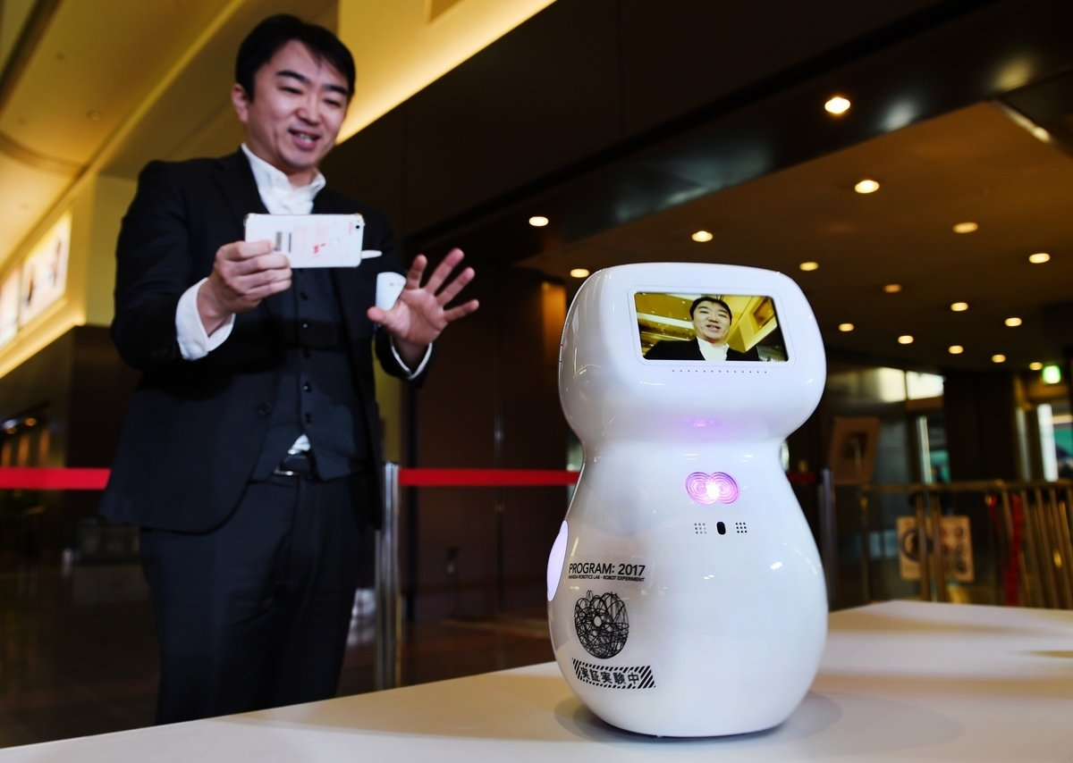 2017年12月12日,日本初創Donut Robotics於東京羽田機場演示其研發的通信機械人「Cinnamon」。(KAZUHIRO NOGI/AFP via Getty Images)
