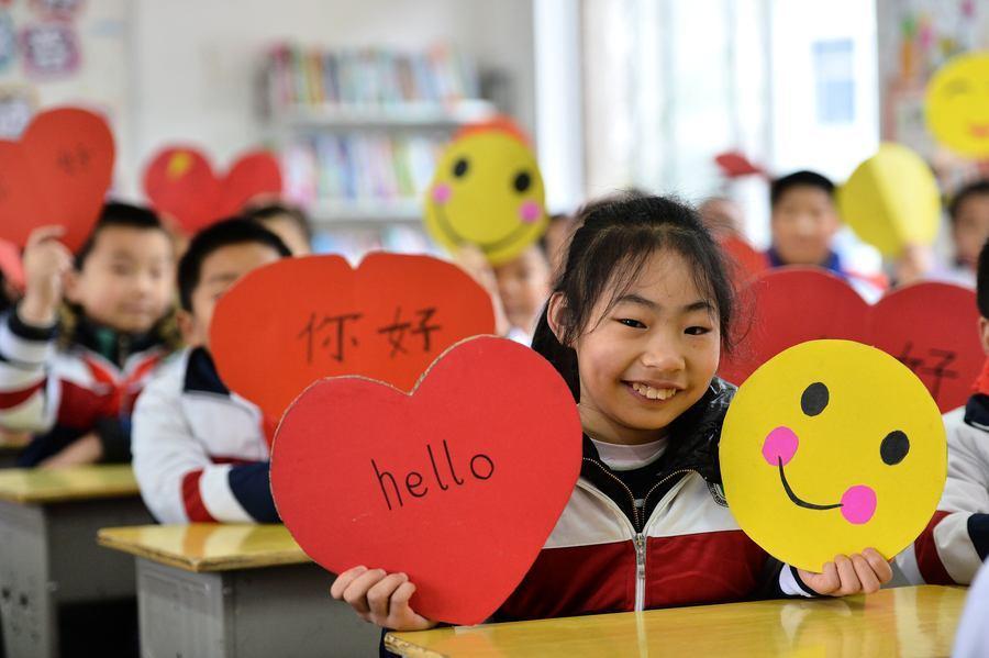 大陸中學「笑臉牆」 年級越高學生笑容越少