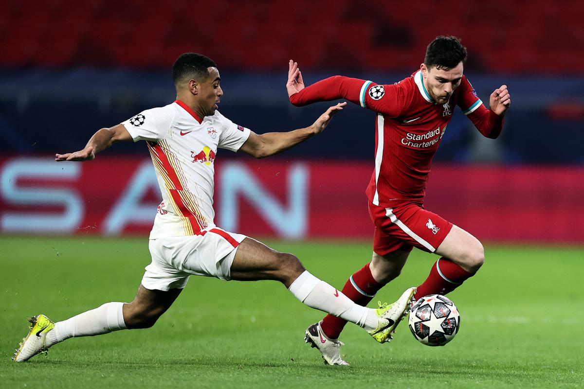 在歐冠16強兩回合淘汰賽中,英超豪門利物浦以總比分4比0淘汰了德甲勁旅萊比錫。圖為雙方球員拼搶瞬間。(David Balogh/Getty Images)