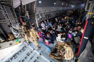 阿富汗嬰兒被扔過鐵絲網求救 英軍落淚