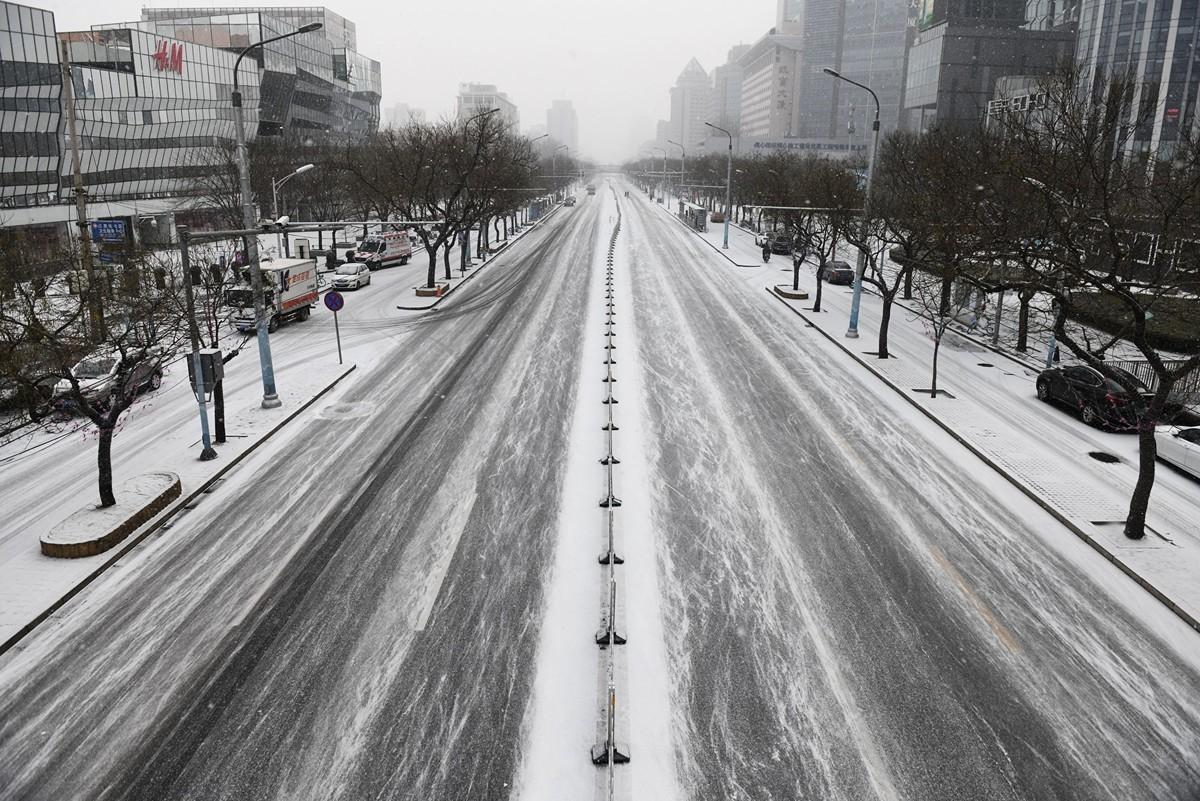 中共病毒重創中國經濟。圖為2020年2月5日空蕩蕩的北京街景。(GREG BAKER/AFP)