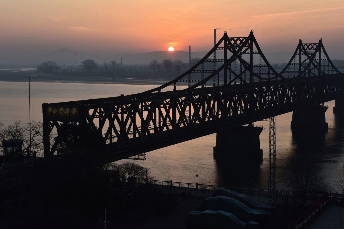 河內美朝首腦會談破局後,北韓接連發生脫北事件。圖為跨越鴨綠江、連接中國和北韓的「友誼橋」。(GREG BAKER/AFP/Getty Images)