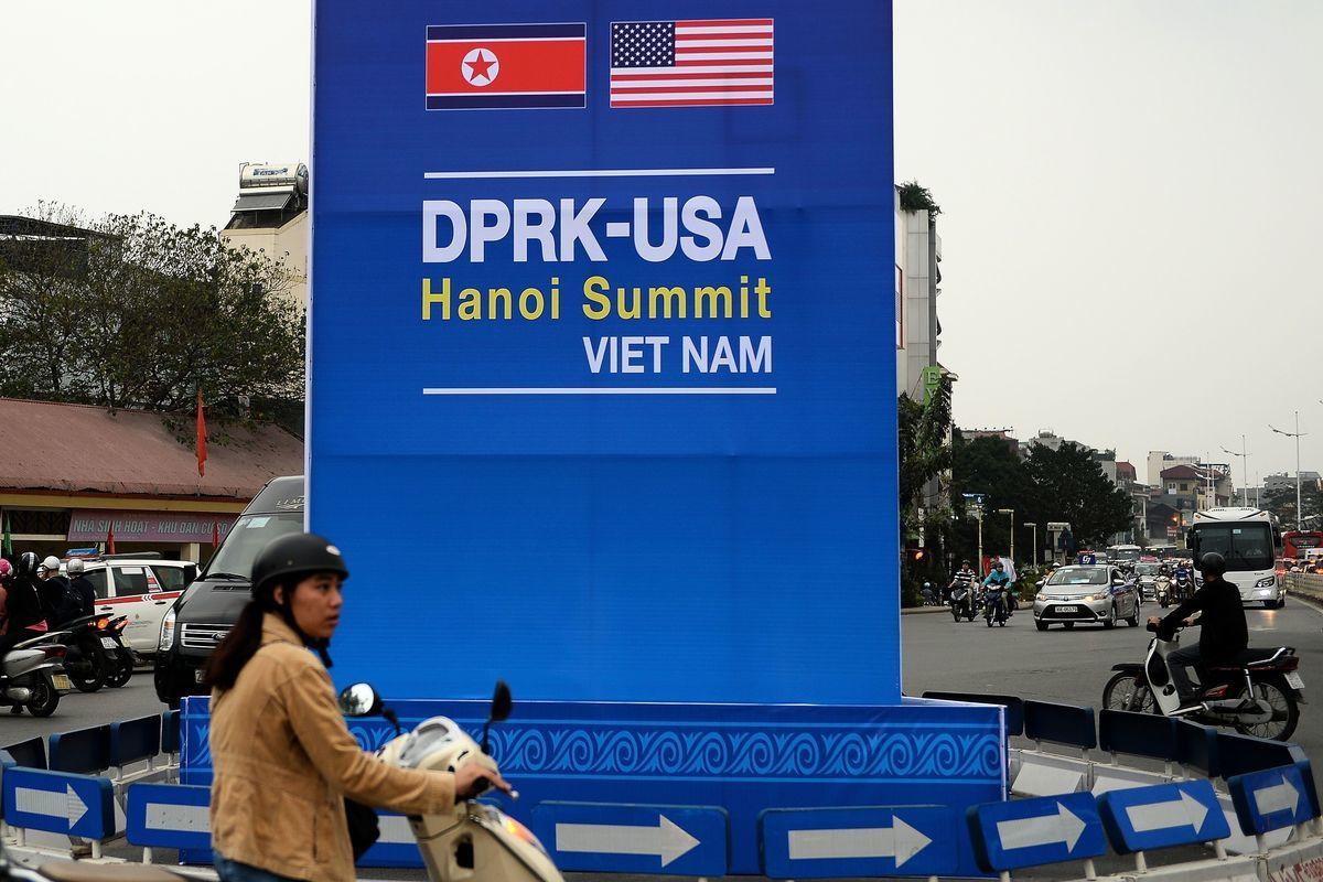 2月27日,第二次特金會在越南河內舉行。河內街上已出現看板。(NHAC NGUYEN/AFP/Getty Images)