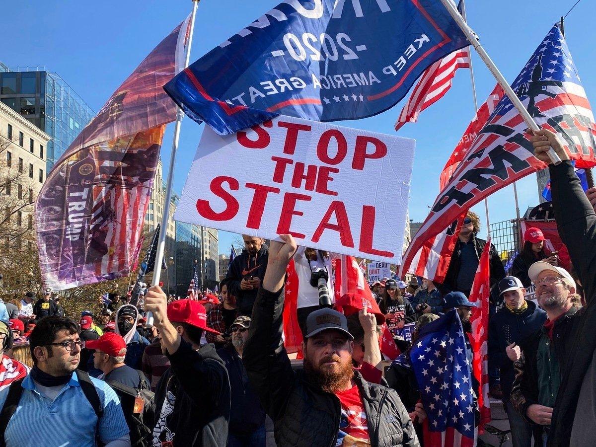 圖為11月14日,美國首都華盛頓DC舉行百萬人集會遊行,人們傳遞出反大選舞弊與支持特朗普連任的心聲。(施萍/大紀元)