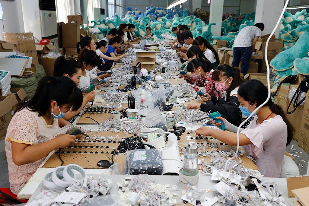 圖為中國江蘇省連雲港市一家玩具廠裏,工人正在製作毛絨玩具。(STR/AFP via Getty Images)