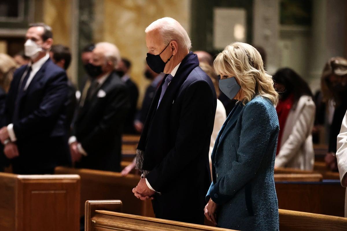 圖為美國總統拜登及其夫人於2021年1月20日早上參加教堂儀式。(Photo by Chip Somodevilla/Getty Images)