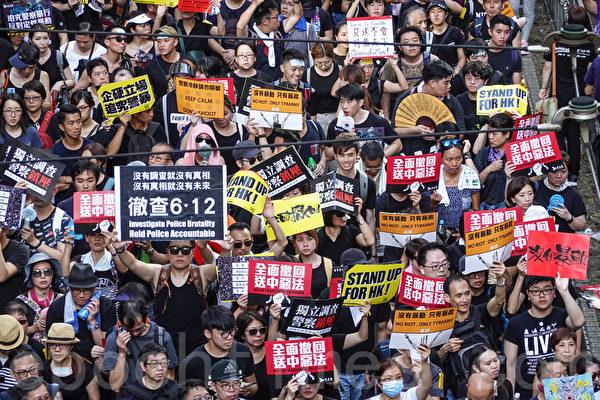 7月1日,香港55萬民眾再次走上街頭舉行大遊行,震撼世界。大陸網民群起要真相。(余鋼/大紀元)