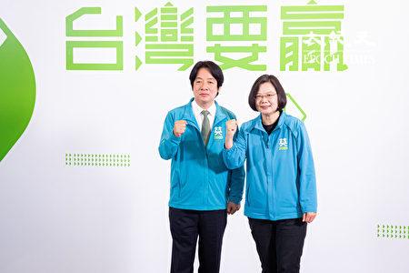 中華民國總統蔡英文(右)11月17日召開記者會宣佈,副手為前行政院長賴清德(左),以「蔡賴配」角逐2020總統大選。(陳柏州/大紀元)