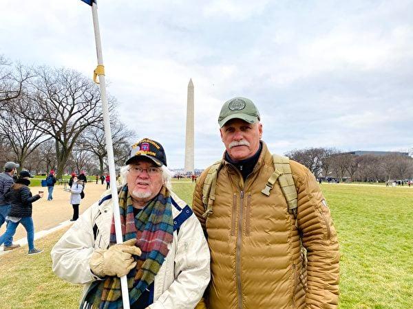 1月6日,華盛頓DC集會現場民眾Mike(右)和友人支持「END CCP」。(李桂秀/大紀元)