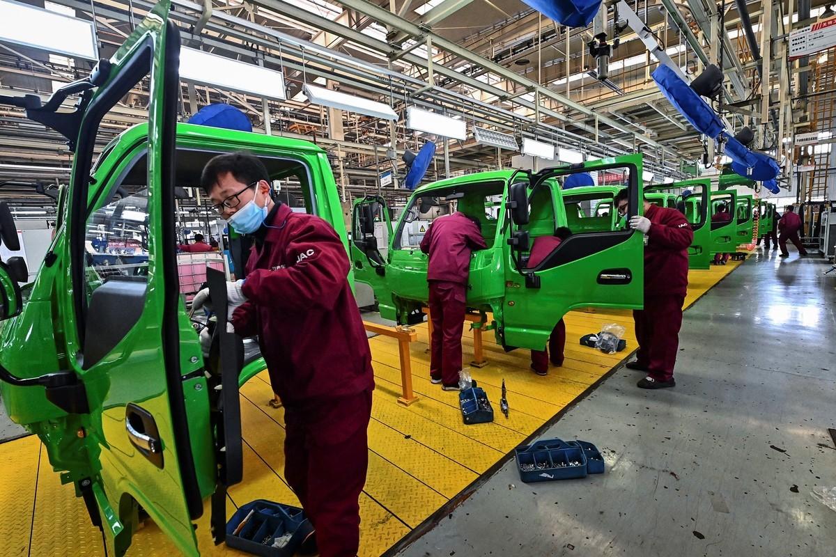 中共官媒近日提到,中國製造業面臨難招工、工資高等困境,顯示人口紅利弱化。(STR/AFP via Getty Images)