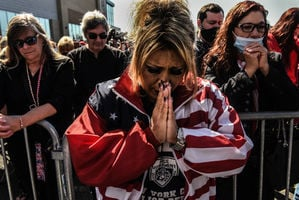 美國多地民眾為特朗普祈禱:上帝掌控著一切
