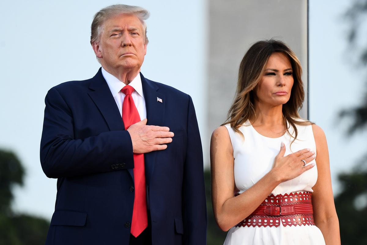美國總統特朗普與第一夫人梅拉尼婭2020年7月4日參加國慶日慶典活動。特朗普總統發表「向美國致敬」演講。(SAUL LOEB/AFP)