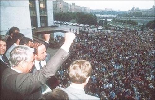 1991年8月19日,俄羅斯聯邦總統葉利欽在莫斯科呼籲軍隊槍口不能對向人民,並呼籲舉行全國總罷工和大規模示威。隨後,葉利欽宣佈蘇共為非法組織。幾個月後蘇聯解體。(AFP)