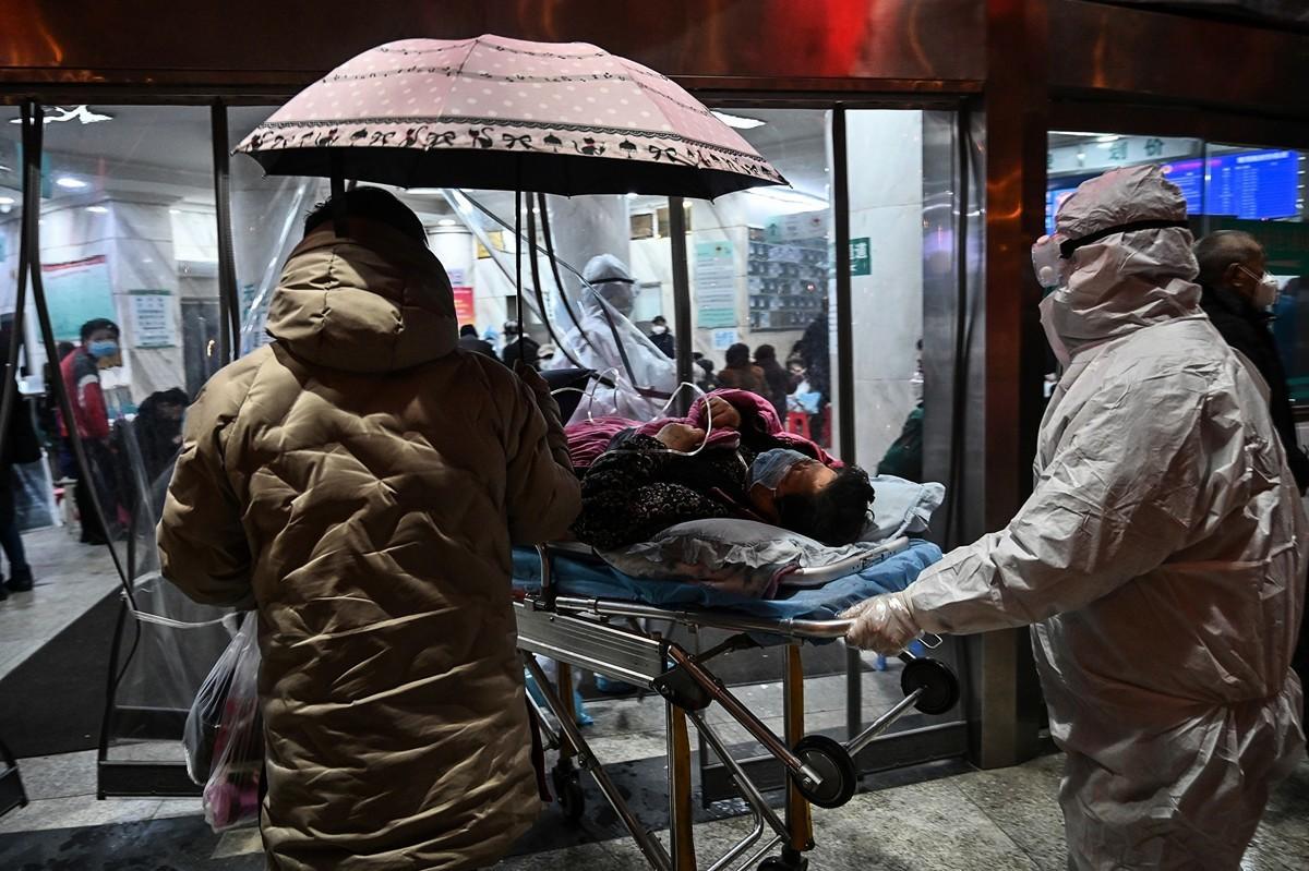 一月上旬至武漢中心醫院住院檢查的王先生,於大年初一死亡。圖為2020年1月25日送發熱門診的病人。(HECTOR RETAMAL/AFP via Getty Images)