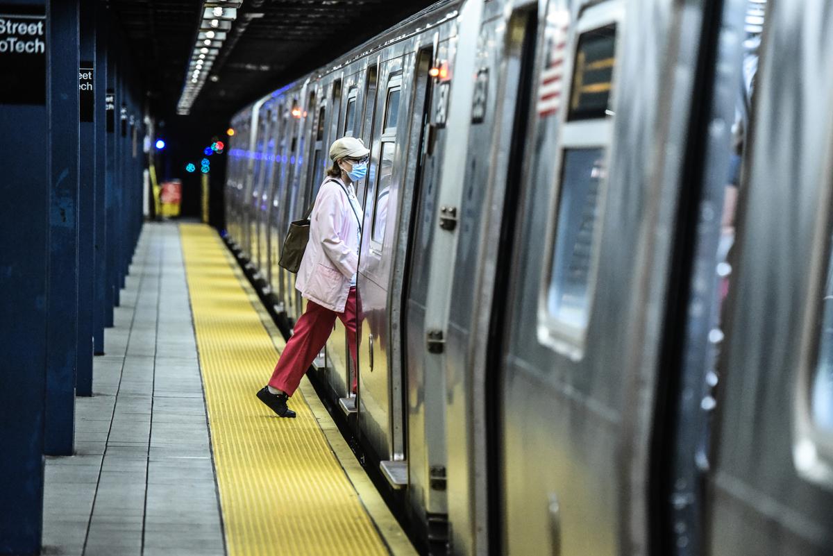 2020年6月22日,一名乘客登上紐約地鐵。(Stephanie Keith/Getty Images)