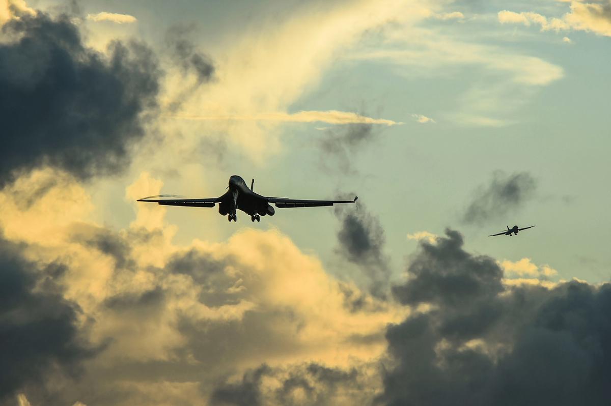 2020年10月21日,從美國本土飛來的兩架B-1B轟炸機準備在關島著陸。(美國空軍)