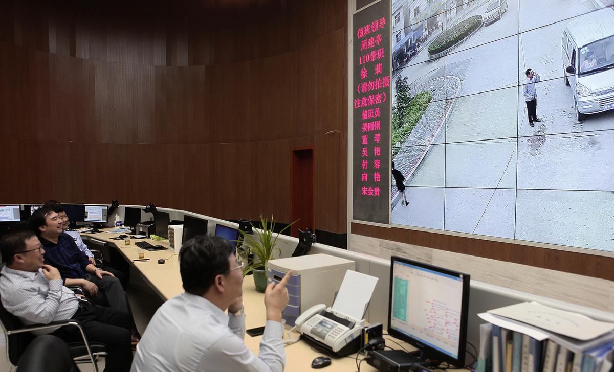 中共已採用「天網」、「雪亮」等一系列高科技監控民眾,如今又有一項新的政策,全面要求屋主在出租房內安裝監視器。圖為「雪亮工程」的一景。(大紀元資料室)
