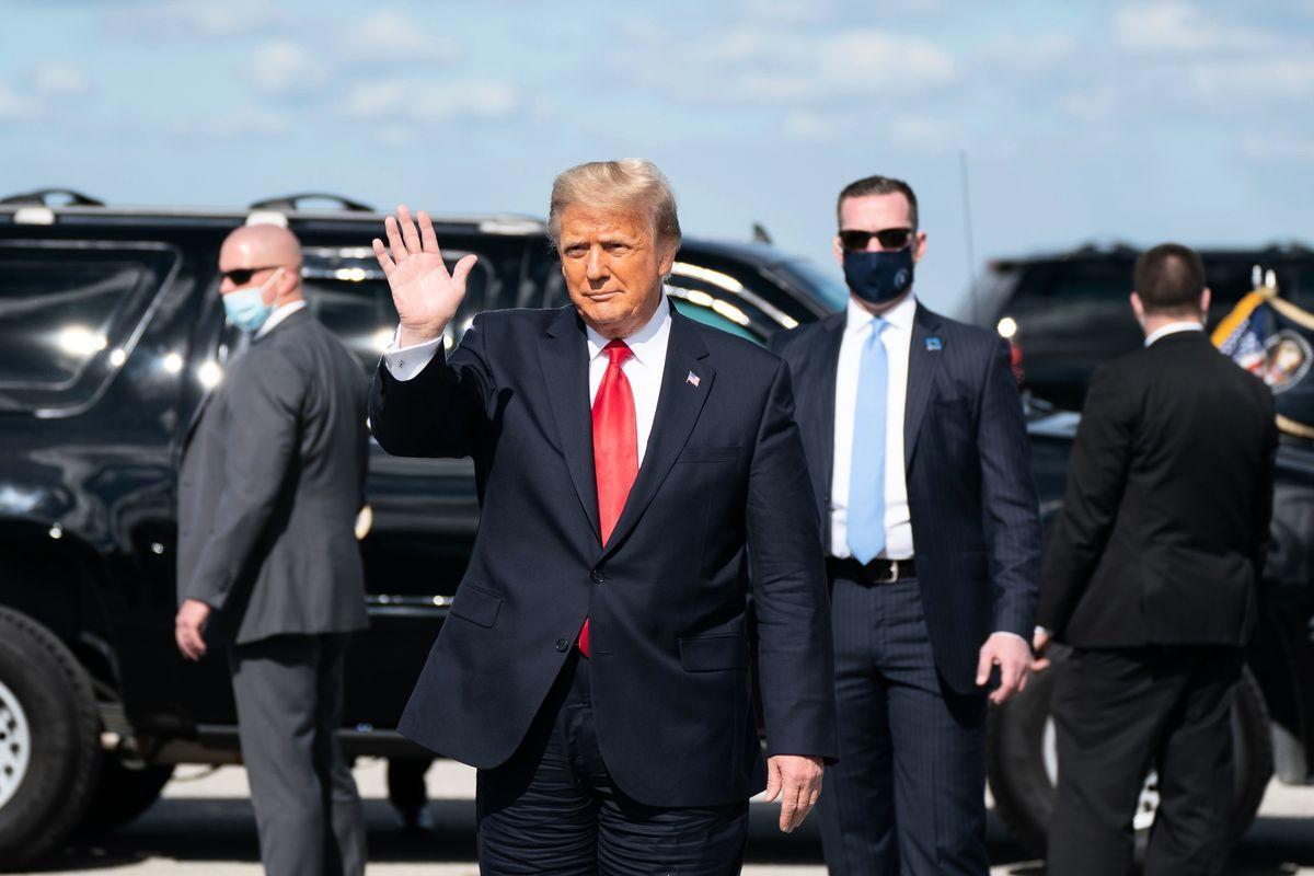2021年1月20日,即將離任的美國總統唐納德·特朗普和第一夫人梅拉尼婭·特朗普(Melania Trump)抵達佛羅里達州西棕櫚灘國際機場。(ALEX EDELMAN/AFP via Getty Images)