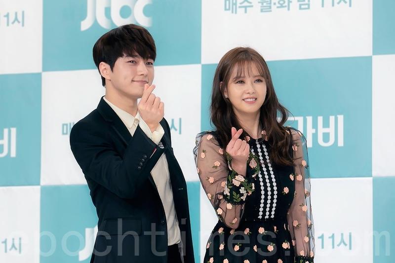 韓劇《漢摩拉比小姐》於5月21日舉行製作發佈會,圖為主演(從左到右)金明洙、高雅羅。(全景林/大紀元)