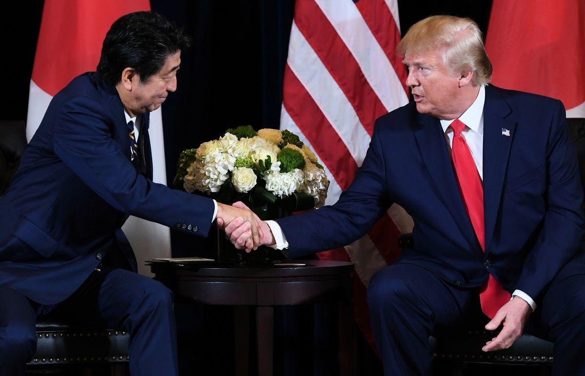 特朗普與安倍晉三進行了約30分鐘的電話會談。日本政府發言人表示,安倍希望向特朗普總統表明,兩國關係仍穩固不變,下任首相也將強化日美同盟。圖為兩人在2019年9月25日舉行會議時握手的照片。 (SAUL LOEB/AFP via Getty Images)
