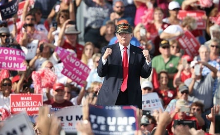 距離美國總統大選只剩4天。4日公佈的一項全美民調顯示,希拉莉與特朗普的差距幾乎沒有變化。不過,特朗普在處理腐敗問題上享有9個百分點的領先優勢。圖為特朗普10月25日在佛州一個競選集會上。(GREGG NEWTON / AFP / Getty Images)