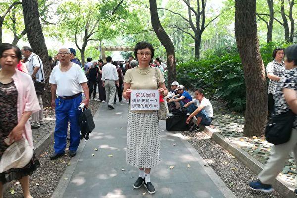 圖為上海女訪民徐佩玲,因醫療事故造成身體三級傷殘,生命已到盡頭。二十多年來上訪無果,被逼得走投無路,曾兩次自焚抗議。(受訪者提供)