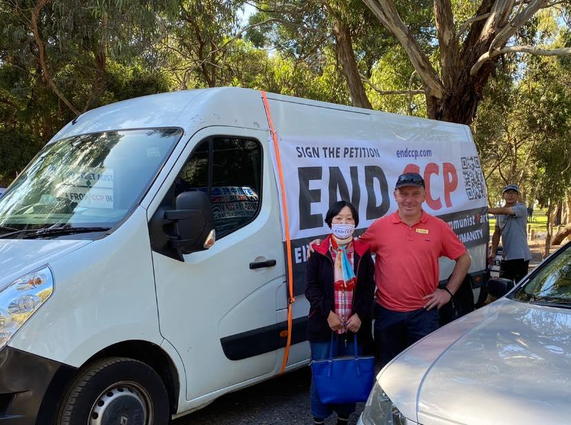2021年2月28日,澳洲墨爾本白馬市議員貝理雅·巴克(Blair Barker,圖右)參加「解體中共邪黨」主題汽車遊行,並與參加者合照。(主辦方提供)