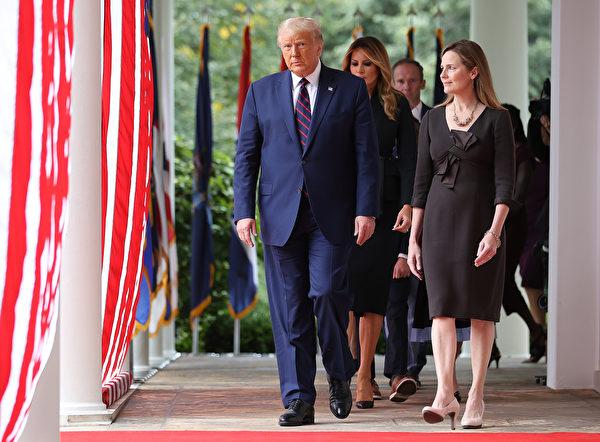 2020年9月26日,特朗普宣佈,選擇巴雷特作為下一任最高法院法官提名人。(Chip Somodevilla/Getty Images)