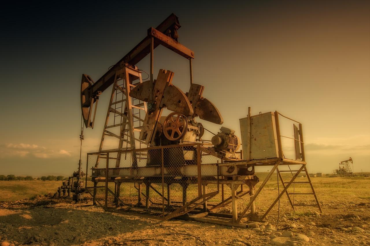 東北石油工人工資低,不敢生二胎。圖為石油鑽機。(pixabay)