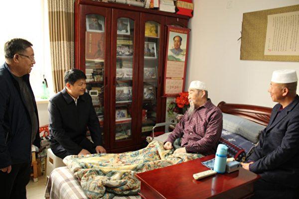 2020重陽節前夕,元寶區統戰部門走訪一回族百歲老人時,其家中掛著毛澤東的畫像。(大紀元)