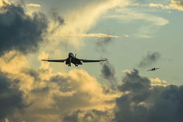 2020年10月21日,從美國本土飛來的2架B-1B轟炸機準備在關島著陸。(美國空軍)