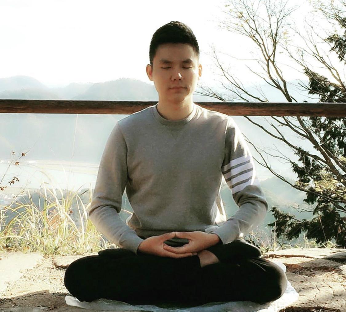圖為上海籍法輪功學員賀寅生在打坐。(受訪者提供)