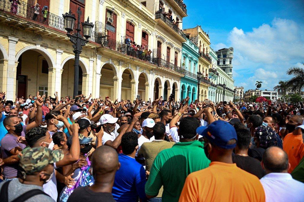 2021年7月11日,古巴抗議者走上街頭,抗議國家侵犯人權、缺乏自由和不斷惡化的經濟狀況,並要求結束古巴的共產主義獨裁統治。 (YAMIL LAGE/AFP)