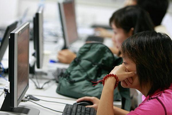 一些中國網民在網吧裏上網。(Photo credit should read TEH ENG KOON/AFP/Getty Images)