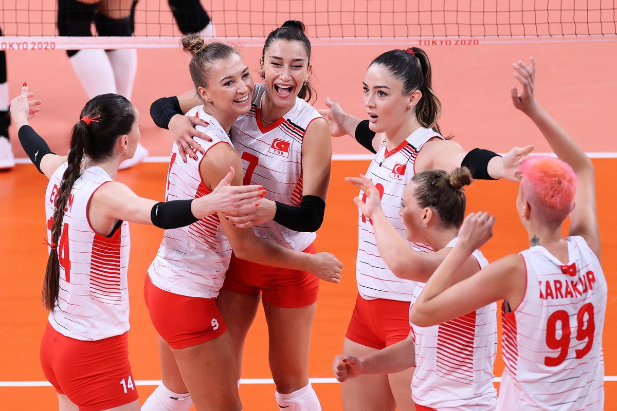 東京奧運女排小組賽B組首輪,土耳其隊3:0擊敗了衛冕冠軍中國隊。圖為土耳其女排球員慶祝贏球瞬間。(Toru Hanai/Getty Images)