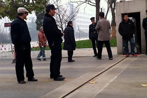 近日,中国大陸區一級的人大代表獨立候選人,多遭到地方政府和公安的打壓,甚至被變相拘禁,助選者被冠「破壞選舉罪」。圖為,為防獨立參選公安封鎖校門。資料圖(孫文廣提供)