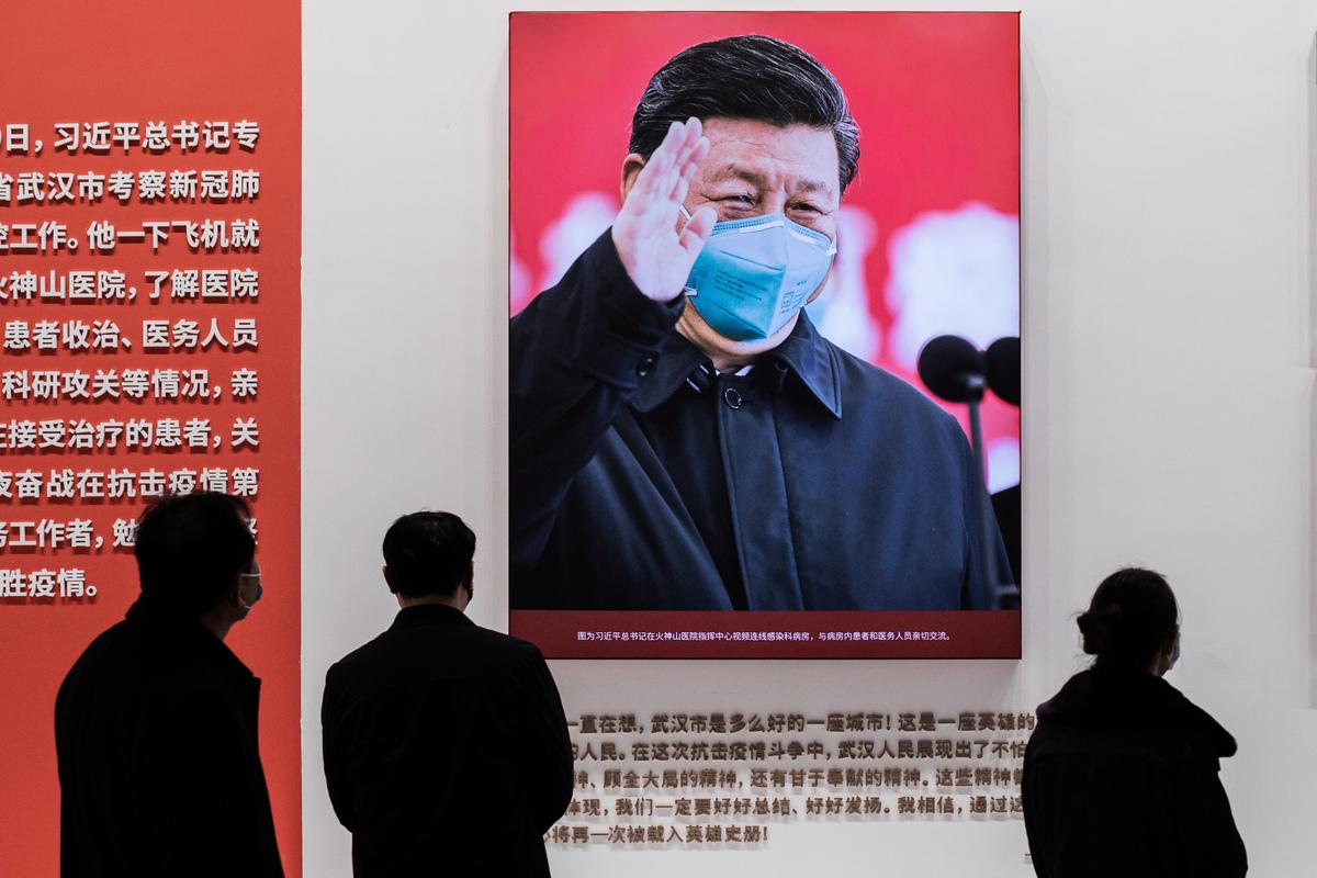 1月15日,在武漢的一個抗疫展覽中展示的習近平戴著口罩的照片。(Nicolas Asfouri/AFP via Getty Images)