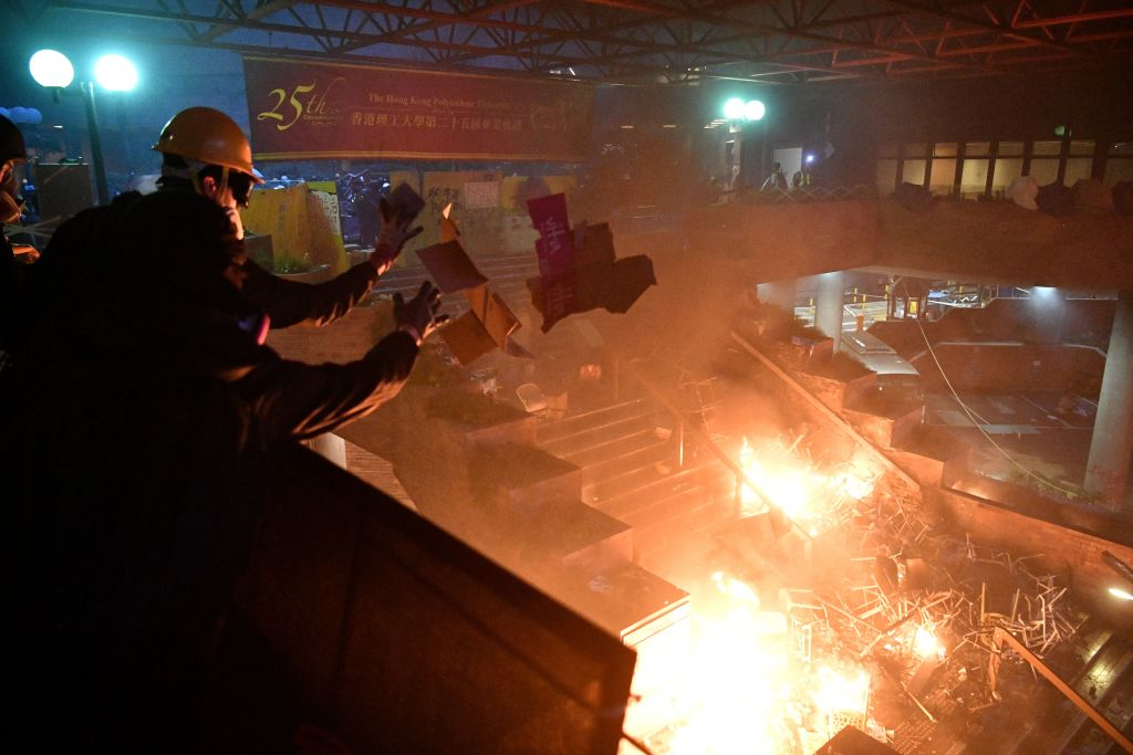 防暴警攻入理大校園,理大平台成火海。(ANTHONY WALLACE/AFP via Getty Images)