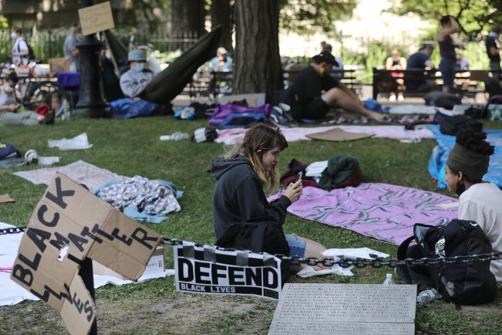 2020年6月24日支持BLM運動的示威者在紐約曼哈頓的一個小公園內。(Spencer Platt/Getty Images)