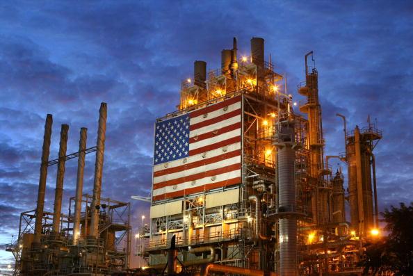 圖為位於加州洛杉磯市的Wilmington ARCO煉油廠。(David McNew/Getty Images)
