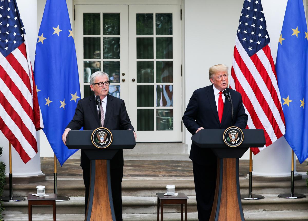 美國總統特朗普與到訪的歐盟委員會主席容克簽署協議,雙邊將致力於零關稅。(Samira Bouaou/大紀元)