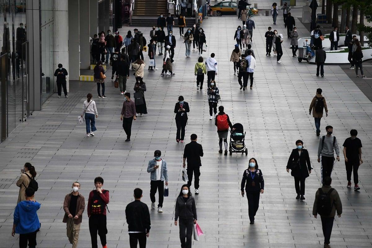 中國第一季度財政稅收大幅萎縮,反映中國內需經濟極度疲弱。圖為今年4月17日北京一處購物中心門店外長廊。(AFP)