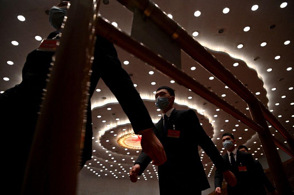 示意圖,圖為2021年3月10日人民大會堂內的保安人員。(NOEL CELIS/AFP)