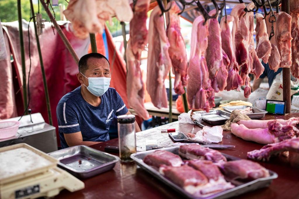 2021年3月份以來,中國大陸生豬價格跌跌不休,大批養殖戶虧損嚴重,叫苦不迭。圖為5月31日武漢一豬肉攤位。(Getty Images)