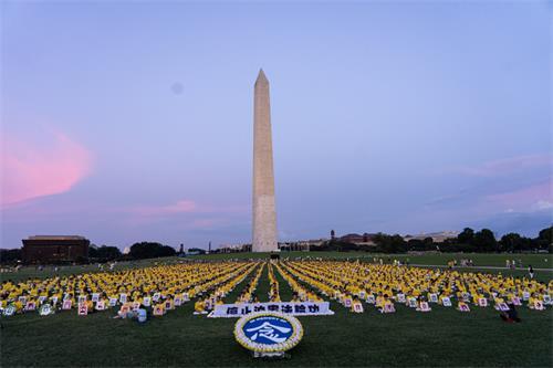 華盛頓紀念碑下,海外法輪功學員悼念在大陸被迫害致死的法輪功修煉者。(大紀元)