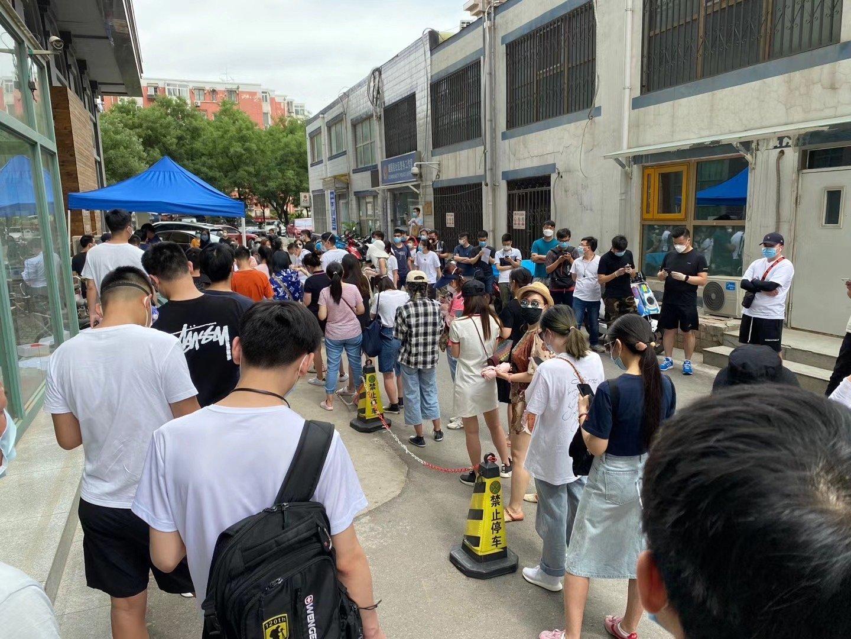 6月16日,北京朝陽區排長隊等待檢測的人。(大紀元)