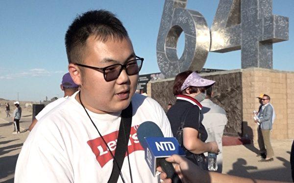 中國90後倪宇凡特別從華府前來加州自由雕塑公園參與紀念六四的活動。(新唐人電視台提供)