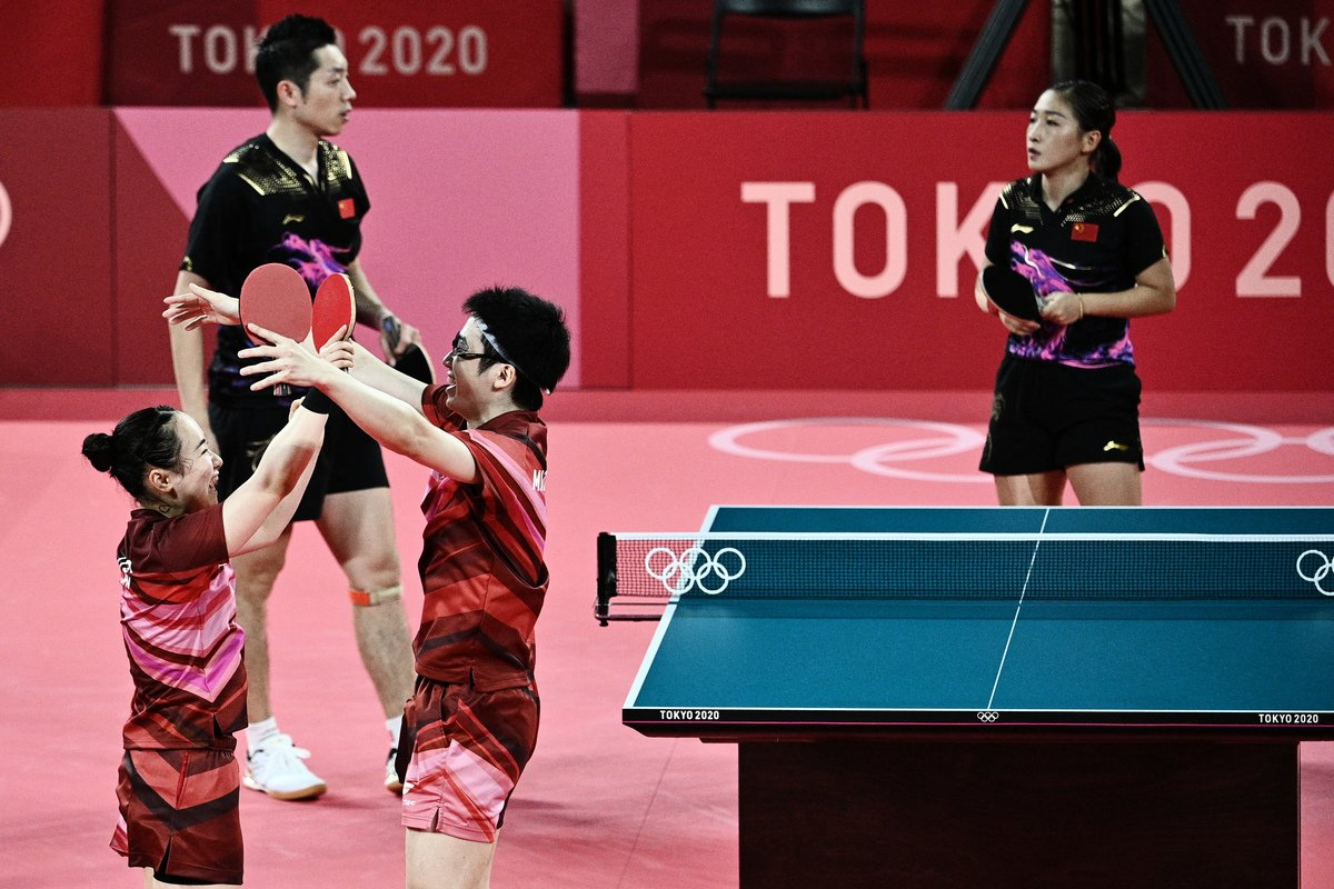 7月26日,在2020年東京奧運會期間,日本選手水谷隼(左三)和伊籐美誠(左)在東京都體育館的混雙乒乓球決賽中擊敗中國選手許昕(左二)和劉詩雯(右)。(Anne-Christine POUJOULAT / AFP)