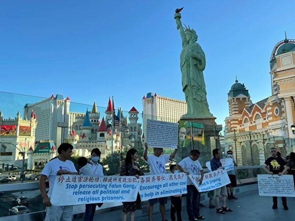2021年6月12日,拉斯維加斯華人在賭城自由女神像前聲援香港「6.12」兩周年紀念活動。(姚戈提供)