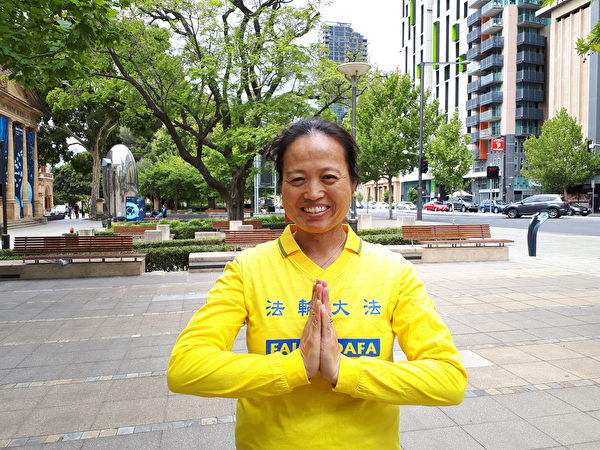 華人學員安娜表示,婆婆對大法態度的轉變使她感恩大法的慈悲與威力,這是賜予她的最好聖誕禮物。(李倩西/大紀元)